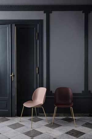 Krzesło Gubi, model Beetle Dining Chair, Brass Base/New Beige
